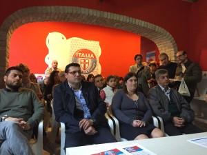 la sala con un grande pubblico che occupava non solo la sala riunioni, ma tutta la sede