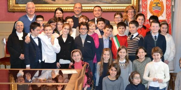 Il consiglio comunale dei ragazzi con gli studenti dell'Istituto Santa Caterina