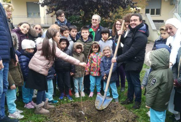 Il Presidente Affronti e l'Assessore Panigazzi nelle scuole per la Giornata dell'Albero